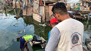 مياه الصرف الصحي تغمر مخيما للنازحين جنوب اليمن، 5 مايو 2020