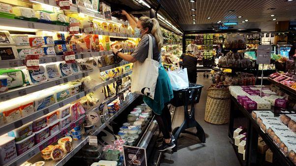 Clienti in un supermercato di Ankara, Turchia