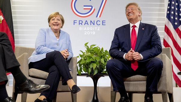 ترامب خلال لقاء جمعه بالمستشارة الألمانية أنغيلا ميركل في فرنسا العام الماضي خلال قمة جي 7