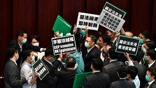 Des élus pro-démocratie protestant contre la tentative de Pékin de restreindre les libertés dans l'ancienne colonie britannique, Hong Kong le 22 mai 2020.