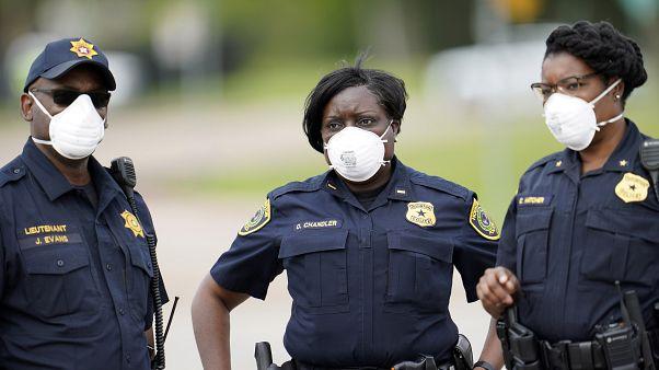 شرطة يرتدون الأقنعة أثناء العمل