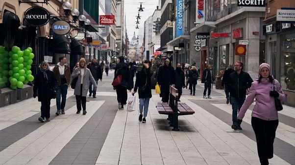 La gente cammina lungo la principale via dello shopping a Stoccolma, 25/03/20