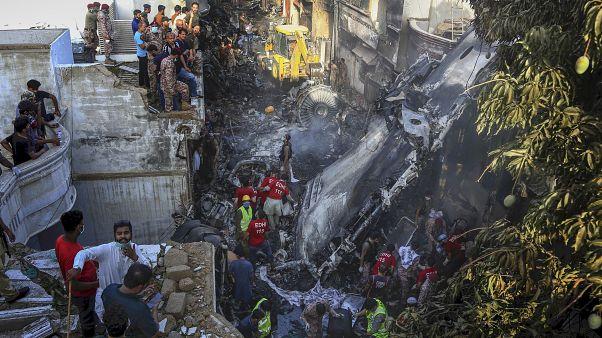 Pakistan'da görevliler, Karaçi kentinde düşen yolcu uçağının enkazında arama faaliyetleri yürüttü
