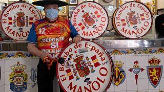 مانويل سيريس أرتسيرو المعروف بصاحب الطبل يقف في حانته قبيل أن يتقاعد - 2020/05/20