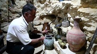 عبد المعطي سعيد في متحفه ببلدة عقربات في ريف محافظة إدلب شمال سوريا