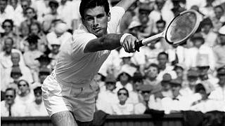 لاعب كرة المضرب الأسترالي الشهير آشلي كوبر، الفائز بأربعة ألقاب كبرى في خمسينات القرن الماضي