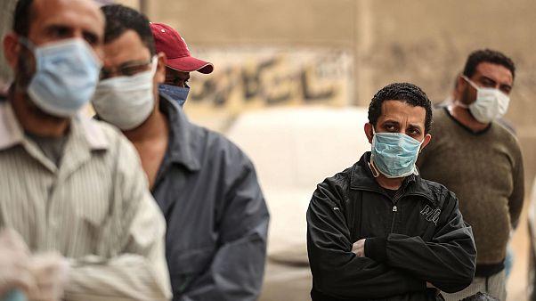 مصريون ينتظرون خارج مركز منظمة غير حكومية لتلقي مواد غذائية، القاهرة، 05 أبريل 2020