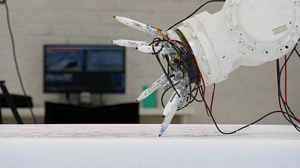 روبوت يرسم نقوشا من وحي التراث الروسي