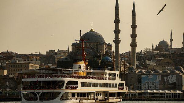 سفينة تنقل ركابا وفي الخلفيةمسجد في اسطنبول - 2020/04/11