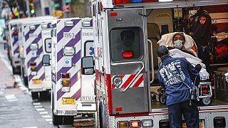 Beteget szállítanak a mentők a New York Egyetem Langone egészségügyi központjába 2020. április 13-án