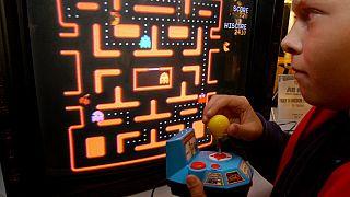 Un bambino gioca a Pac-Man, in una sala giochi di Chappaqua, Usa