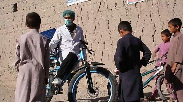 No comment: biciklis hírnök harcol a vírussal Afganisztánban