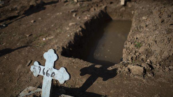 Brezilya'da Covid-19 kurbanları için açılan bir mezar