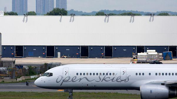 طائرة بوينغ 757 في مظار كبندي في نيويورك - 2008/06/19