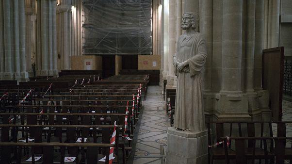 علامات على مقاعد الكنيسة للإشارة إلى تدابير الإبعاد الاجتماعي في كنيسة فنسنت دي بول مرسيليا، جنوب فرنسا.