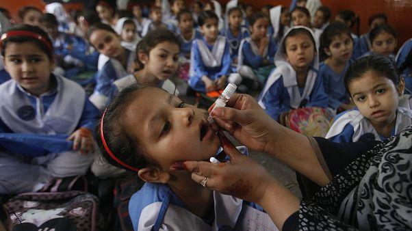لقاح شلل الأطفال في مدرسة في لاهور، باكستان.