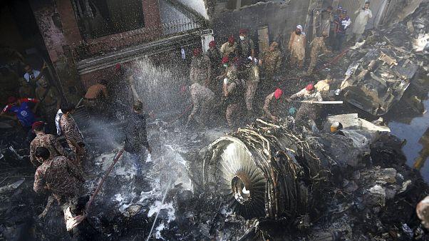 سقوط هواپیمای مسافربری ایرباس-۳۲۰ در منطقهای مسکونی در کراچی