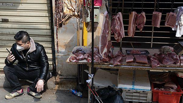 2020 áprilisában még mindig kereskedtek a lezárt vuhani nagybani piac környékén