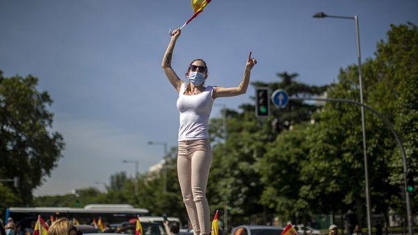 إسبانية تلوح بعلم البلاد خلالمظاهرة لليمين المتطرف السبت بالعاصمة مدريد 23/05/2020