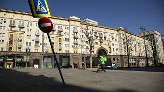 Курьер службы доставки в центре Москвы 1 мая 2020