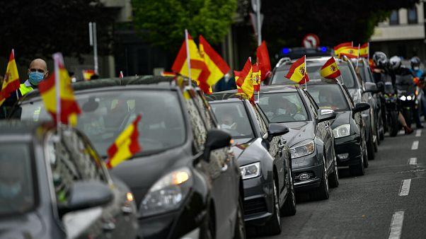 Aşırı sağcı İspanyollar hükümetin Covid-19 politikasını araçları ile protesto etti