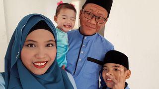 Shalehan úr feleségével és két gyermekével