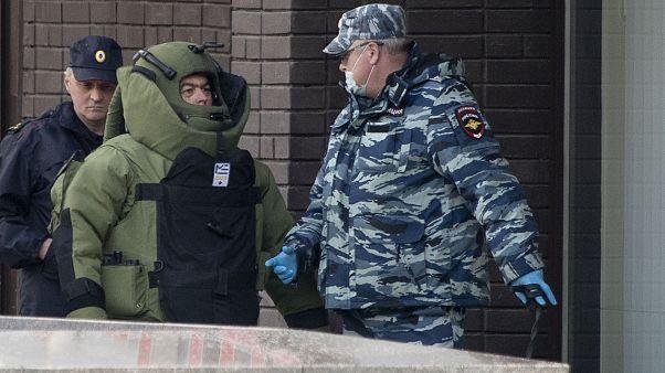 """ضابط للشرطة وعنصر من الحرس الروسي يغادران بن """"ألفا"""" في موسكو - 2020/05/23"""