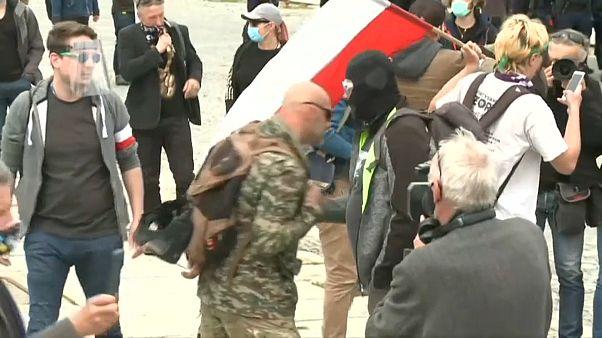 Decenas de manifestantes contra el confinamiento en Varsovia