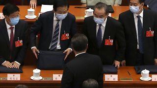 وزير الخارجية الصيني وانغ يي يتحدث مع الرئيس عقب افتتاح مؤتمر الشعب يوم الجمعة 22/05/2020