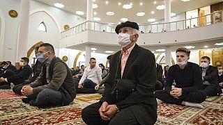 Los musulmanes celebran la 'fiesta de la ruptura del ayuno' bajo la amenaza del coronavirus