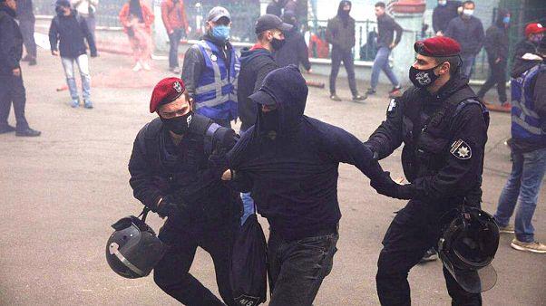 Kiev : manifestation devant le parti pro-russe, des heurts éclatent