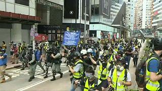 La policía se prepara para cargar contra los manifestantes durante las protestas de este domingo