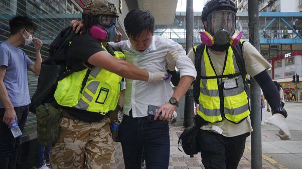 Νοσηλευτές απομακρύνουν διαδηλωτή