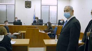 بنيامين نتنياهو، رئيس الوزراء الإسرائيلي في داخل المحكمة المركزية في مستهل جلسة محاكمته 24/05/2020