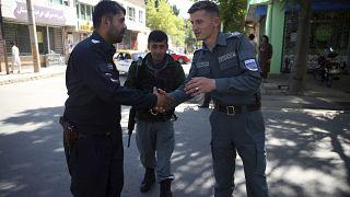 الشرطة بعد صلاة عيد الفطر خارج مسجد في كابول بأفغانستان.