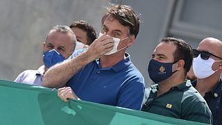 Brezilya Başkanı Bolsonaro geçtiğimiz günlerde Yargıtay ve Brezilya Kongresi'ne karşı yapılan bir gösteriye koronavirüsten korunmak için maske takarak katıldı