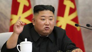 زعيم كوريا الشمالية كيم جونغ-أون يتحدث خلال القادة العسكريين. الأحد 24/05/2020
