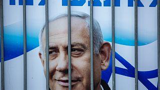 İsrail Başbakanı Netanyahu'nun posteri kendisini desteklemek için taraftarlarınca yapılan gösteride parmaklıklar arasında