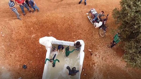 بچههای سوریه مشغول آب تنی و دوش گرفتن