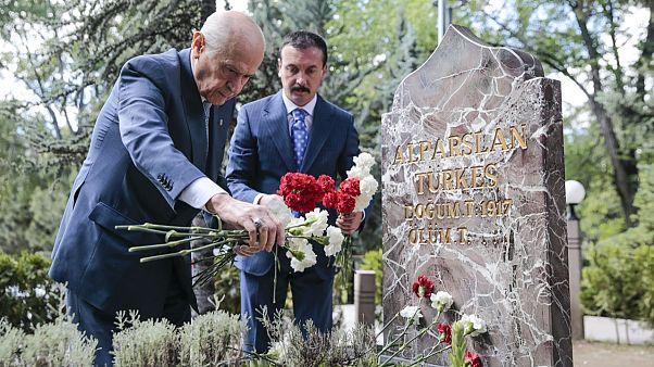 Devlet Bahçeli, MHP'nin kurucu lideri Alparslan Türkeş'in mezarına karanfil bıraktı