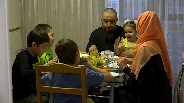 Российские мусульмане отмечают праздник разговения дома
