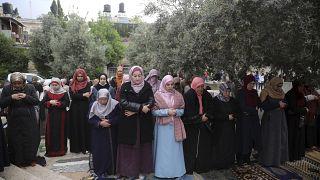 مصلون يؤدون صلاة عيد الفطر
