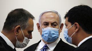 El primer ministro israelí Benjamin Netanyahu  dentro de la sala del tribunal mientras se abre su juicio por corrupción en el Tribunal del Distrito de Jerusalén, el 24 de mayo