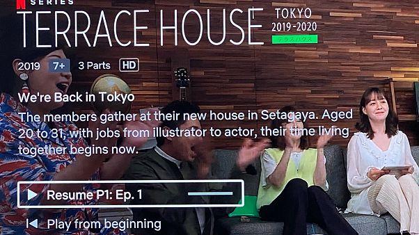 Netflix'in Terrace House programına katılan yarışmacılar bir evde birlikte yaşıyorlar