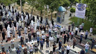 إيرانيون يؤدون صلاة عيد الفطر - 2020/05/24