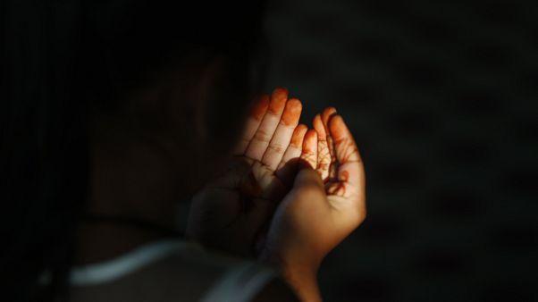 Une jeune musulmane népalaise offre les prières de l'Aïd al-Fitr dans une mosquée de Bhaktapur, au Népal, le lundi 25 mai 2020