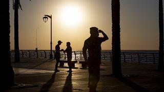 شرطي على كورنيش المتوسط في بيروت في اليوم الأول من عيد الفطر - 2020/05/24