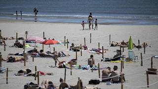 فرنسيون مصطافون في جنوب فرنسا يعيدون إلى شواطئ المتوسط بعد أن خصصت لهم مساحات منفصلة تفصل بينها حبال. 24/05/2020