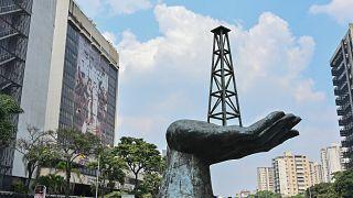 L'imposante sculpture devant le siège de la compagnie nationale du pétrole du Venezuela, à Caracas, le 22 avril 2020