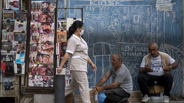 عاملة منزل فلبينية تسير في أحد شوارع بيروت